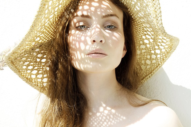 ochrona włosów przed słońcem jest szczególnie ważna latem
